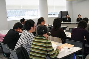 受講中、熱心にメモを取る受講者が多く見受けられました。